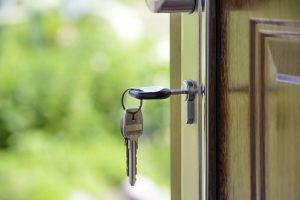 Kľúče zatrčené v otvorených dverách.
